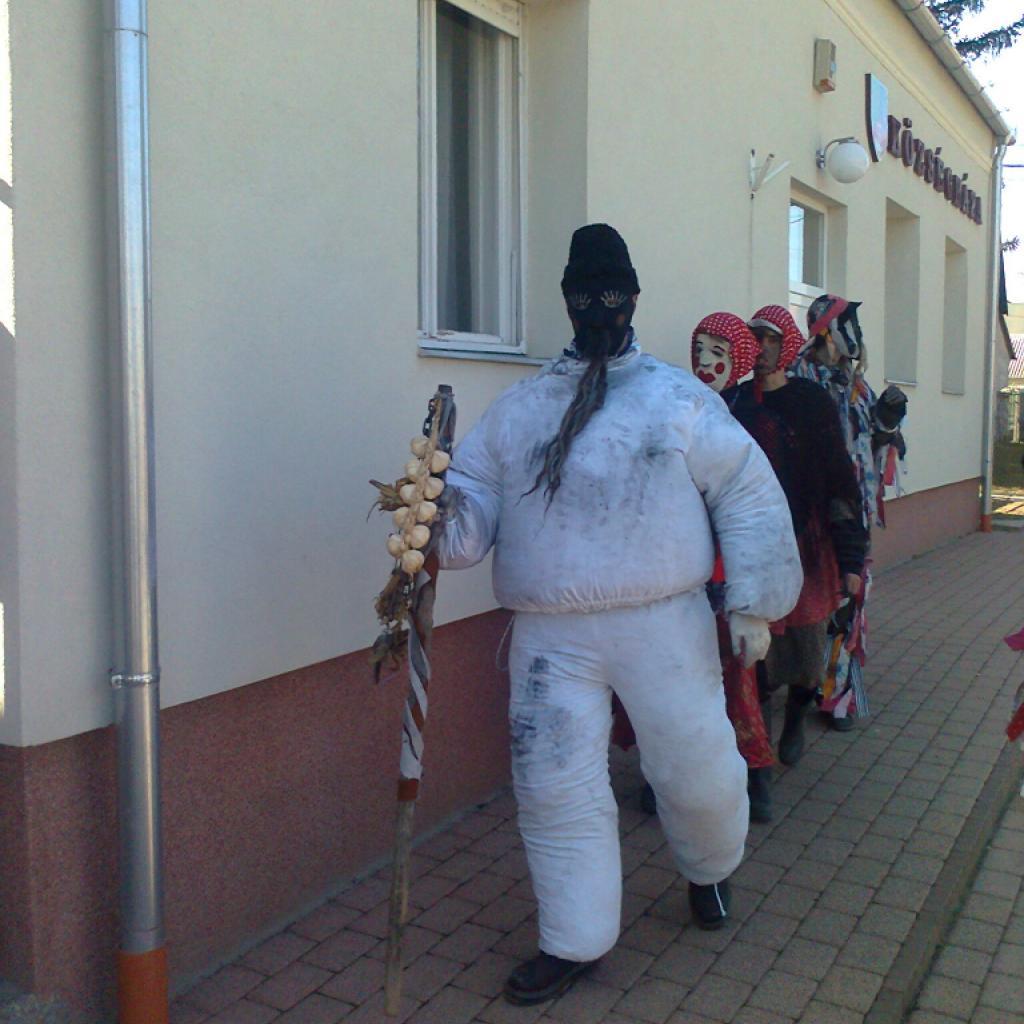Mohai tikverőzés - végig kell járni a falu minden házát