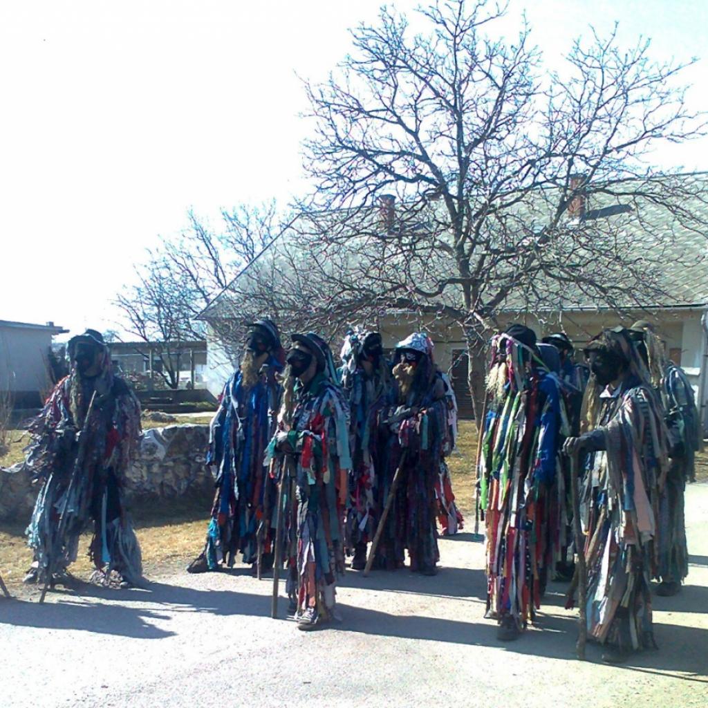 Mohai tikverőzés - a rongyokba öltözött tikverőző fiatalok